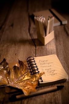 Öffnen sie notizbuch mit plätzchenrezept auf einer tabelle mit herbstdekorationen