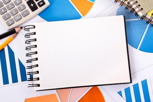 Öffnen sie notizbuch über einem stapel von papieren