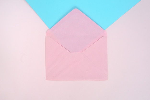 Öffnen sie rosa umschlag auf rosa und blau