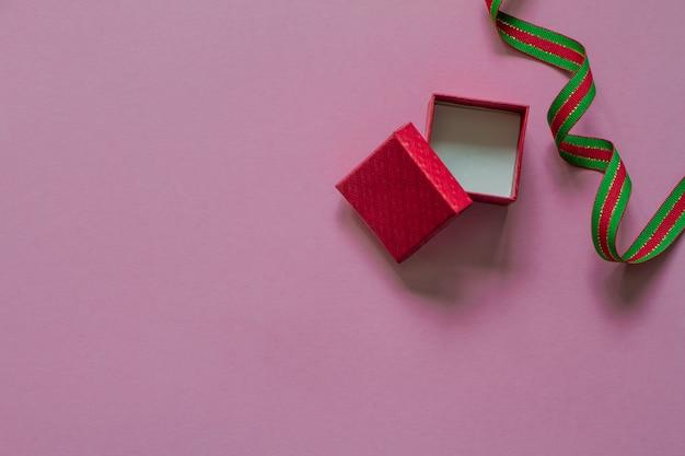 Öffnen sie rotes geschenk oder geschenkbox mit rotem grünem band