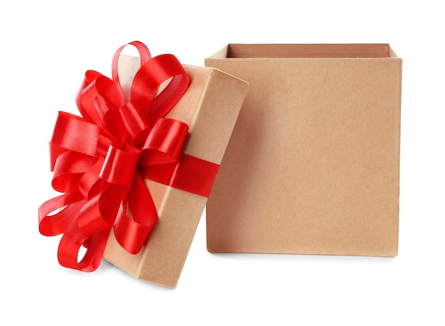 Öffnen sie schöne geschenkbox auf weißem hintergrund