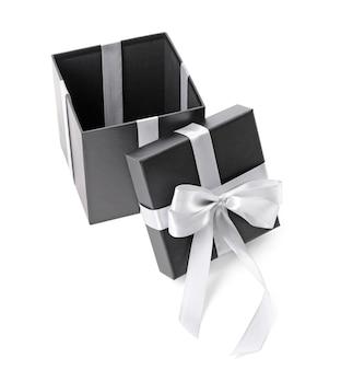 Öffnen sie schöne geschenkbox auf weißer oberfläche