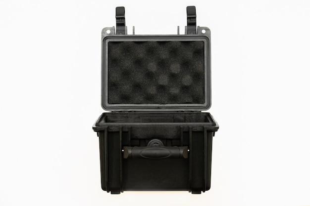 Öffnen sie schwarzes plastikgehäuse mit schaumstoff im inneren. schwarzer hartschalenkoffer aus kunststoff zum transportieren und aufbewahren von waffen. auf weißem hintergrund.