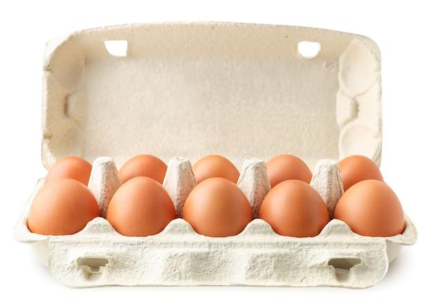 Öffnen sie tablettbehälter mit hühnereiern nahaufnahme auf einem weiß. isoliert