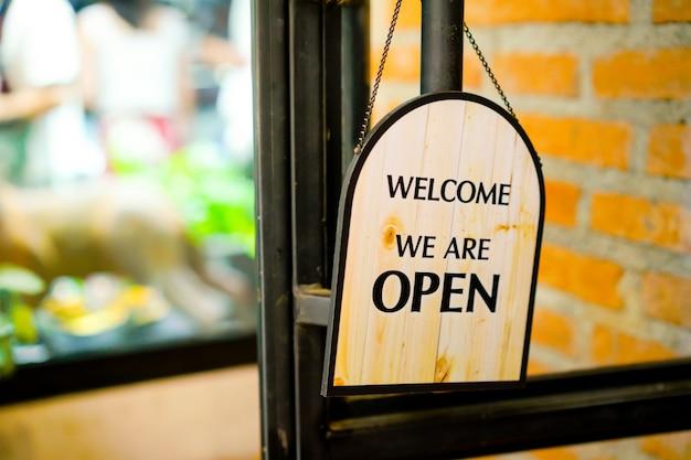 Öffnen sie zeichen am restaurant und am speicher