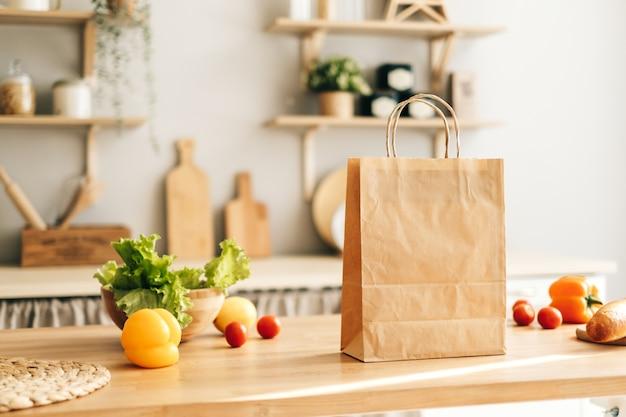 Öko-einkaufspapiertüte mit frischem gemüse