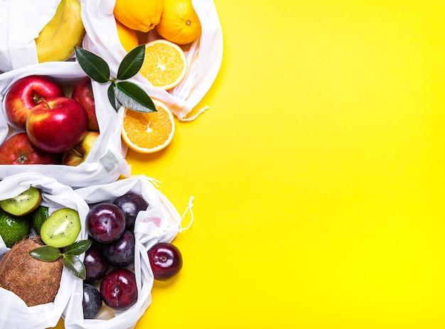 Öko-einkaufstaschen mit früchten