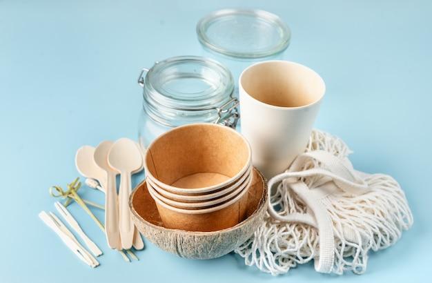 Öko-geschirr. papp- und bambusbecher, tasche und holzbesteck.