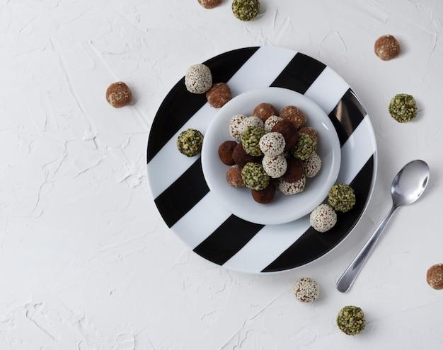 Öko hausgemachtes dessert. süße rohe kugeln aus getrockneten früchten und nüssen.