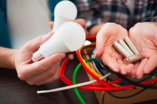 Öko-konzept. umweltschutz. die familie sortiert alte elektrische haushaltsgeräte. glas, glühbirnen, eisen, gummi, metall, batterien und drähte sollten recycelt werden. die natur verantwortungsvoll schützen