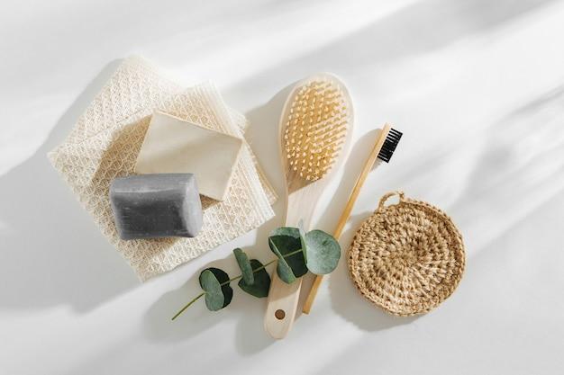 Öko natürliche badaccessoires, naturkosmetikprodukte und -werkzeuge. zero-waste-konzept. plastikfrei. flache lage, ansicht von oben