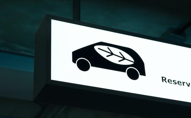 Öko-parkreserve reservieren im kaufhausparkplatzbereich
