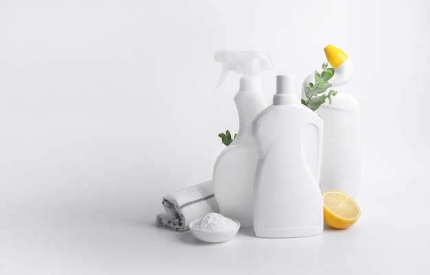 Öko-reinigungsprodukte isoliert auf weißem hintergrund