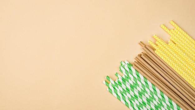 Öko-strohhalme aus papier und bambus