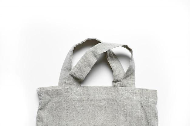 Öko-tasche aus leinen und baumwolle auf weißem tisch.