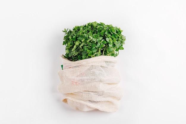 Öko-tasche mit frischem bio-grün. nachhaltiger lebensstil. plastikfreies konzept. flache lage, ansicht von oben
