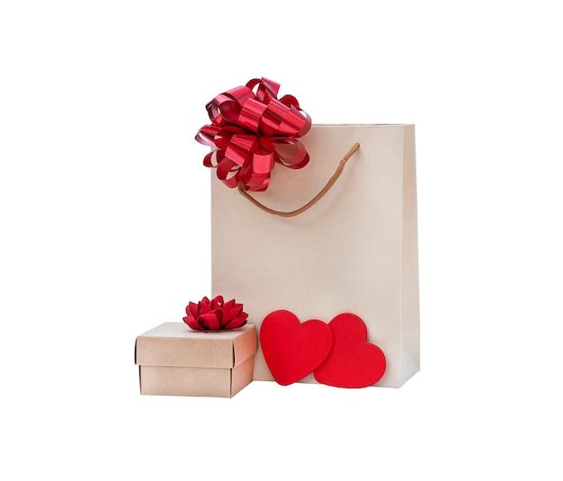 Öko-tasche mit geschenkbox-isolat. kartonpaket mit schleife und geschenk auf weißem hintergrund
