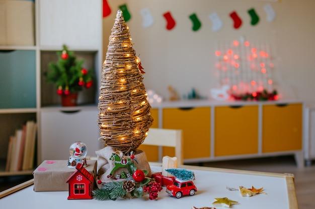 Öko-weihnachtsbaum auf dem tisch im kinderzimmer