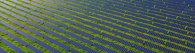 Ökologie solarkraftwerk panels in den feldern grüne energie bei sonnenuntergang landschaft elektrische innovation natur umwelt.