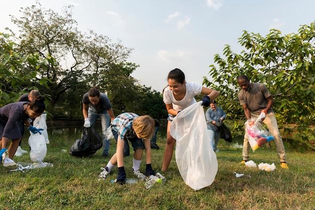 Ökologiegruppe von personen, die den park säubert