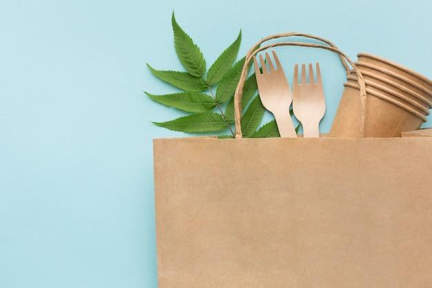 Ökologietasche mit cartoongabeln und gläsern