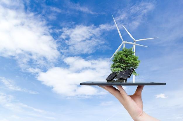 Ökologische system-sonnenenergie in der stadt auf der hand, die das tablett hält