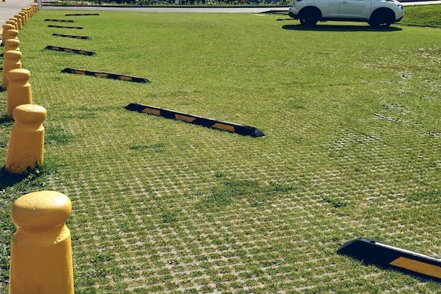 Ökologischer parkplatz für autos und ein grünes gras. umweltfreundlicher parkplatz im freien im öffentlichen park.
