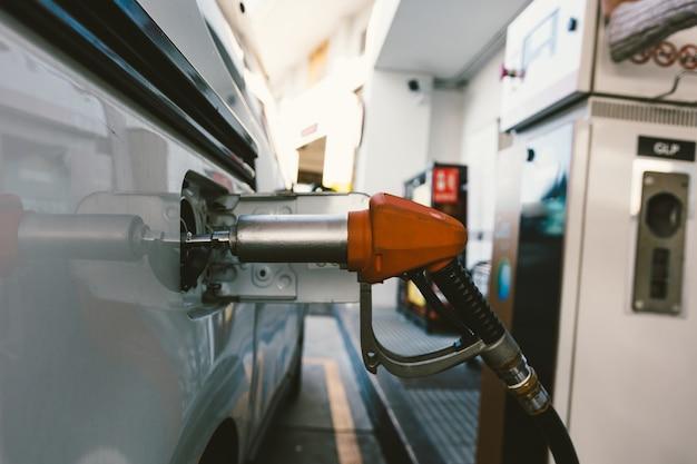 Ökologisches auto, das mit erdgas betrieben wird.