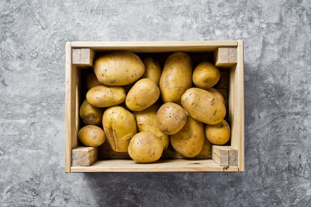 Ökoverpackung für gemüse, kunststofffrei. kartoffeln in einer holzkiste, supermarkt.