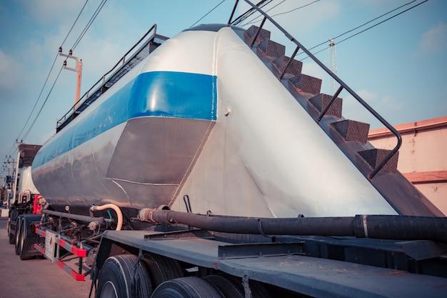 Öl-lkw auf container, transportkonzept., import, export logistik industrie transport landverkehr auf der asphalt-schnellstraße
