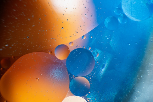 Öl mit blasen auf einem bunten hintergrund. abstrakter hintergrund. weicher selektiver fokus