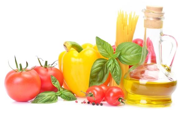 Öl oliven und gemüse isoliert