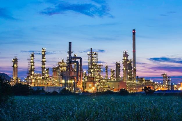 Öl... raffinerie... und... anlage und turmsäule der petrochemie in öl... und... gas...