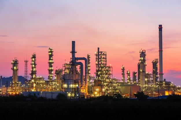 Öl... raffinerie... und... anlage und turmsäule der petrochemie industrie in pipeline öl... und... gas...