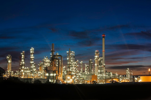 Öl... raffinerie... und... anlage und turmsäule der petrochemieindustrie in öl... und... gas...