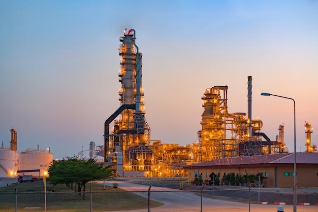 Öl- und gasindustrie-raffineriefabrik-petrochemischer betriebsbereich bei sonnenaufgang mit bewölktem himmel