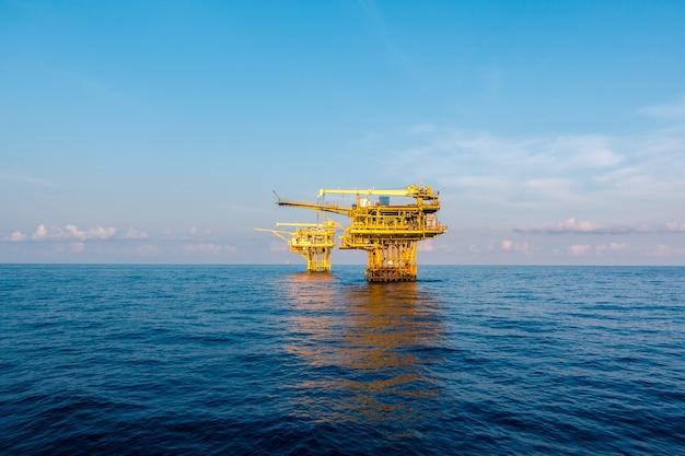 Öl- und gasplattform im golf oder im meer, die weltenergie, öl- und bohrinselaufbau