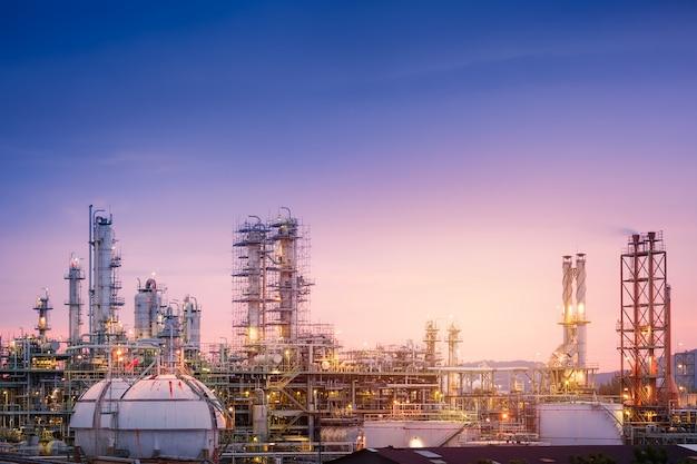 Öl- und gasraffinerieanlage oder petrochemische industrie am himmel sonnenuntergang