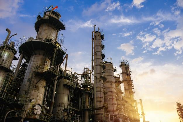 Öl- und gasraffinerieanlage oder petrochemische industrie auf himmelsonnenuntergang, fabrik am abend, herstellung der erdölindustrieanlage