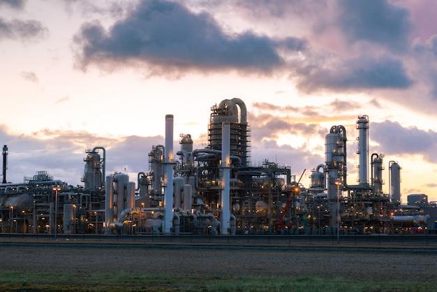 Öl- und gasraffinerieanlage oder petrochemische industrie auf himmelsonnenunterganghintergrund