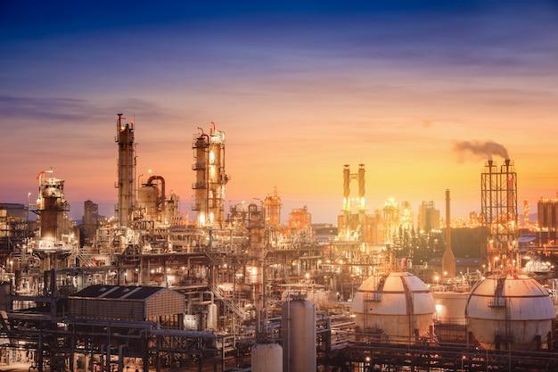 Öl- und gasraffinerieanlage oder petrochemische industrie auf himmelssonnenunterganghintergrund