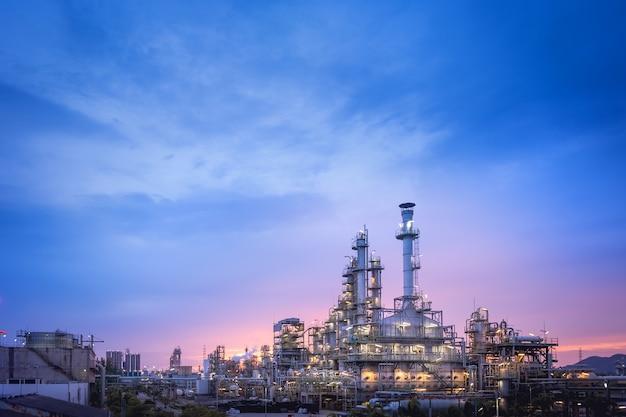 Öl- und gasraffinerieanlage oder petrochemische industrie auf sonnenuntergang des blauen himmels