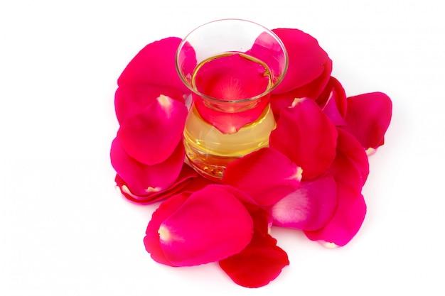 Öl von rosafarbenen blumenblättern lokalisierte selektiven fokus