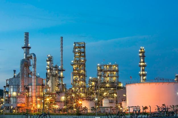 Ölanlage und turmsäule der petrochemie-industrie