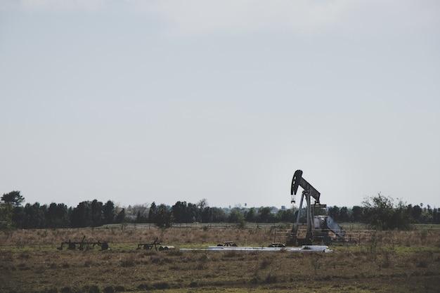 Ölbohrer in einem leeren feld