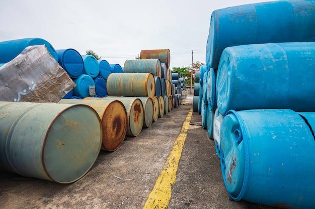 Ölfässer alte grüne und blaue chemische trommeln horizontal gestapelt.