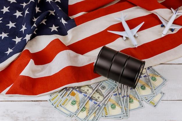 Ölfässer auf us-dollar-ölgeschäft, steigende weltölpreismarke usa-flagge