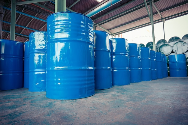 Ölfässer blau oder chemiefässer horizontal und vertikal gestapelt