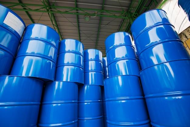 Ölfässer blau oder chemiefässer vertikal gestapelt die industrie