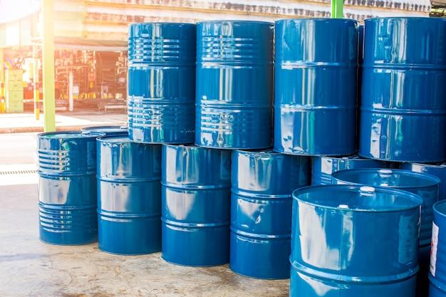 Ölfässer blau oder chemiefässer vertikal gestapelt industrie